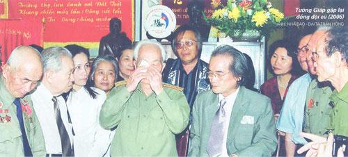Tướng Giáp gặp lại đồng đội cũ (2006). Ảnh: Nhà báo - đại tá Trần Hồng.