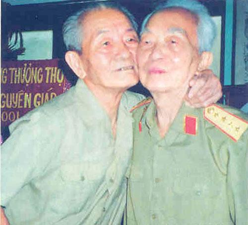 Đại tướng và người lái xe lâu nhất của mình (2001). Ảnh: Nhà báo - đại tá Trần Hồng.