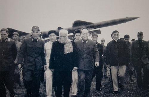 """Chủ tịch nước Tôn Đức Thắng, Đại tướng Võ Nguyên Giáp thăm Tiểu đoàn tên lửa 77, Trung đoàn 257. Đây là đơn vị đã bắn rơi 4 """"pháo đài bay"""" B-52 trong chiến dịch Điện Biên Phủ trên không, tháng 12/1972."""