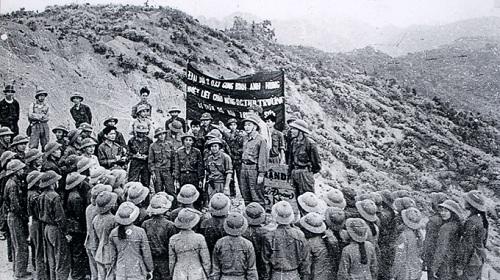 Cán bộ chiến sĩ tiểu đoàn 33 công binh anh hùng mừng Đại tướng đến thăm