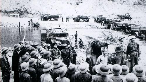 Đại tướng thăm tiểu đoàn 33 anh hùng tại ngầm Tà Lê, Quảng Bình (1973). Ảnh: Tuổi trẻ