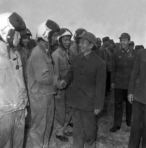 Đại tướng Võ Nguyên Giáp thăm và chúc Tết cán bộ, chiến sĩ Đoàn không quân Sao Đỏ (1/1975). Ảnh: Vũ Tạo - TTXVN