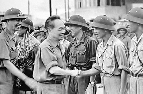 Đại tướng Võ Nguyên Giáp thăm cán bộ, chiến sĩ Bộ chỉ huy quân sự Thừa Thiên Huế, tháng 4/1976.
