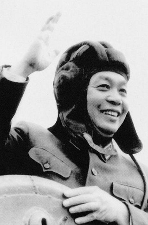 Đại tướng Võ Nguyên Giáp đội chiếc mũ của bộ đội xe tăng trong chuyến thăm tới đơn vị Tăng – Thiết giáp.