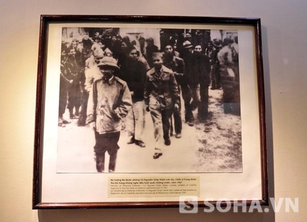 Bộ trưởng Bộ Quốc phòng Võ Nguyên Giáp thăm cán bộ, chiến sĩ Trung đoàn Thủ Đô trong những ngày đầu toàn quốc kháng chiến, năm 1947