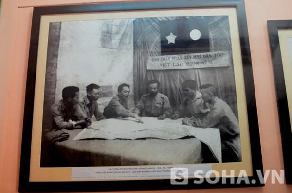 Đại tướng Võ Nguyên Giáp, Hoàng thân Xu-Pha-Nu-Vông, cùng các đồng chí cán bộ Việt-Lào họp bàn mở chiến dịch Thượng Lào năm 1953
