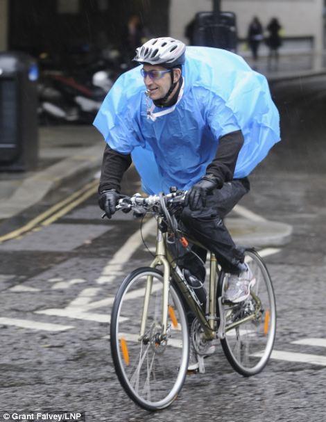 Công nhân thành phố ở London bị ướt vào giờ ăn trưa