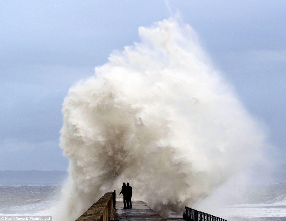 Nguy hiểm: Hai người được một chút quá gần như 30ft sóng Pier Headland bột, trong Hartlepool, hôm thứ Năm