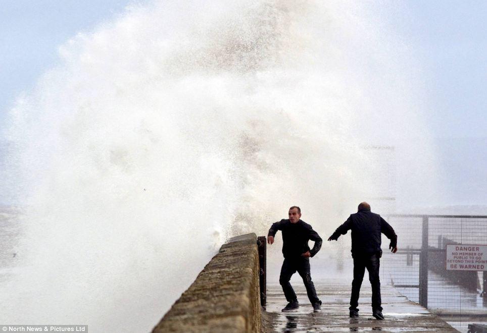 Đóng cửa gọi: Hai người đàn ông cố gắng và chạy từ bến tàu trong Hartlepool sau khi nó được đập bởi những con sóng vào thứ năm