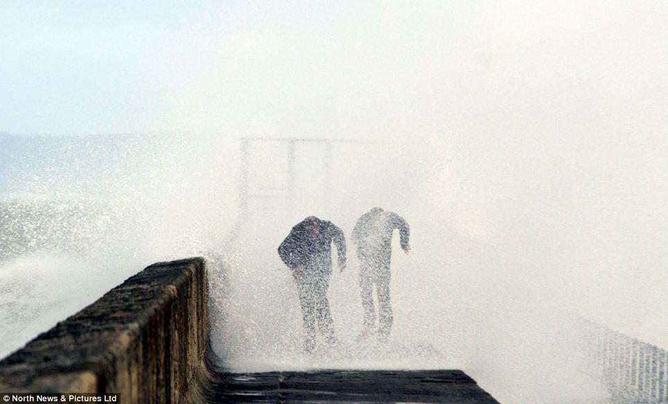 Ngâm: Nhưng họ vẫn có được ướt đẫm sau khi vụ tai nạn sóng trên các cạnh của bến tàu