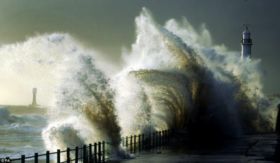 """Lộng gió: Gió mạnh whip lên sóng lớn đập vào bờ biển tại Seaburn gần Sunderland, hôm thứ Năm như Anh trải qua một 'ngắn, cú sốc mạnh """"của nhiệt độ lạnh hơn"""