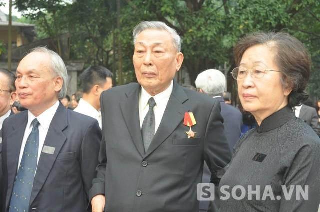 Trung tướng Đồng Sĩ Nguyên đứng giữa.