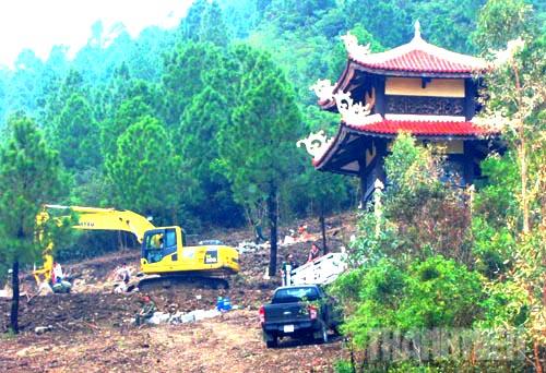 Xe máy, công nhân đang khẩn trương thi công những phần còn lại ở khu trung tâm.