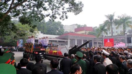 Linh cữu Đại tướng được rước lên linh xa trước nhà tang lễ Quốc gia, chuẩn bị đi qua lần cuối các tuyến phố ở Thủ đô.