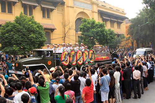 Hàng chục nghìn người dân nghẹn ngào đổ ra mọi ngả đường để đưa tiễn Đại tướng trở về Quảng Bình