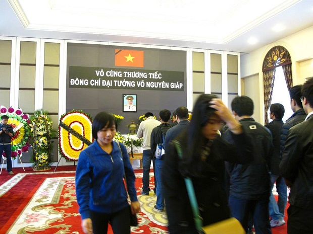 Từng đoàn người Việt Nam vào viếng Đại tướng tại Đại sứ quán Việt Nam ở Trung Quốc (Ảnh: Facebook LHS Việt Nam ở Trung Quốc)