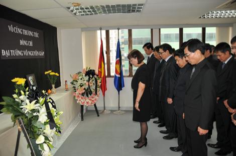 Cán bộ, nhân viên cơ quan đại diện Việt Nam tại Hong Kong và Macau mặc niệm Đại tướng Võ Nguyên Giáp