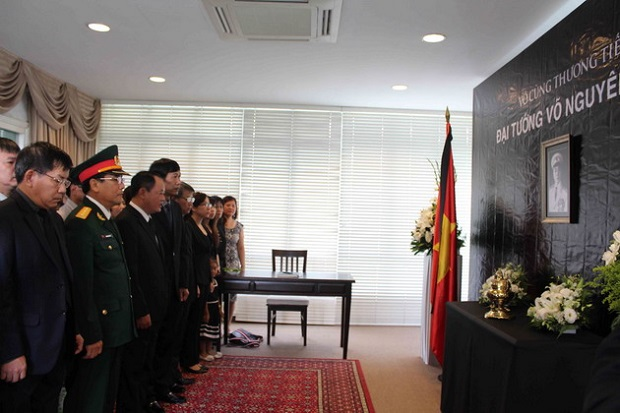 Cán bộ, nhân viên Đại sứ quán Việt Nam tại Singapore viếng Đại tướng Võ Nguyên Giáp.