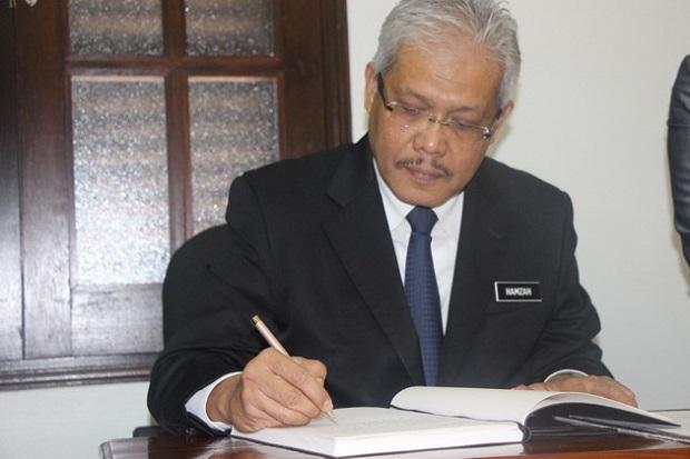 Đại sứ Việt Nam tại Malaysia viết sổ tang cho Đại tướng Võ Nguyên Giáp.