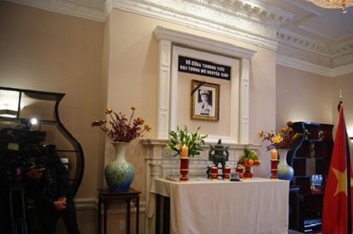 Bàn thờ Đại tướng Võ Nguyên Giáp tại Vietnam House (Washington D.C, Mỹ).