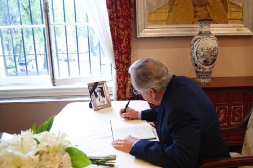 Thượng nghị sỹ Tom Harkin đang ghi sổ tang.