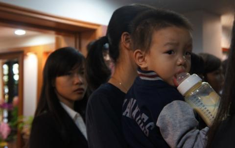 Một em bé được mẹ đưa tới viếng Đại tướng.