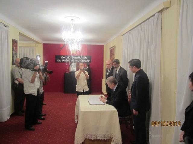 Thủ tướng Algeria ghi sổ tang ở Đại sứ quán Việt Nam tại Algeria