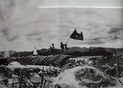 Cờ Việt Nam tung bay phấp phới trên hầm tướng de Castries. Ngày 7/5/1954, quân đội nhân dân Việt Nam dưới sự chỉ huy tài tình của Đại tướng Võ Nguyên Giáp đã đánh bại quân Pháp và đồng minh tại tại cứ điểm Điện Biên Phủ, kết thúc sự hiện diện của quân đội Pháp tại khu vực Đông Nam Á. Tướng de Castries đầu hàng. Ảnh tư liệu.