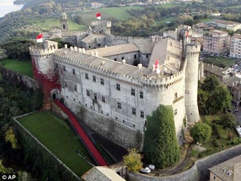 Lâu đài Orsini Odescalchi ở Bracciano, cách Rome 27 dặm cũng sẽ được bán