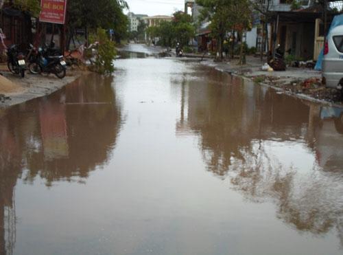 Đường phố Quảng Bình ngập nước, cây xanh bị quật đổ