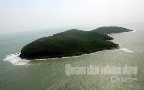 Đảo Yến nằm phía trước khu Đại tướng an nghỉ.