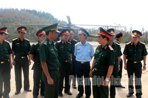 Trung tướng Nguyễn Quốc Khánh nghe đại diện lực lượng Bộ đội Biên phòng làm nhiệm vụ tại nơi an nghỉ của Đại tướng báo cáo tình hình...