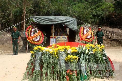 Những bó hoa tươi liên tục được người dân mang lên viếng Đại tướng.
