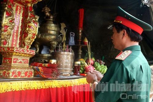 Trung tướng Nguyễn Quốc Khánh thành kính dâng hương lên Đại tướng Võ Nguyên Giáp.