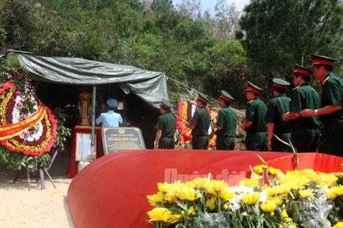 Đoàn công tác của Bộ Tổng tham mưu thắp hương trên ban thờ Đại tướng.