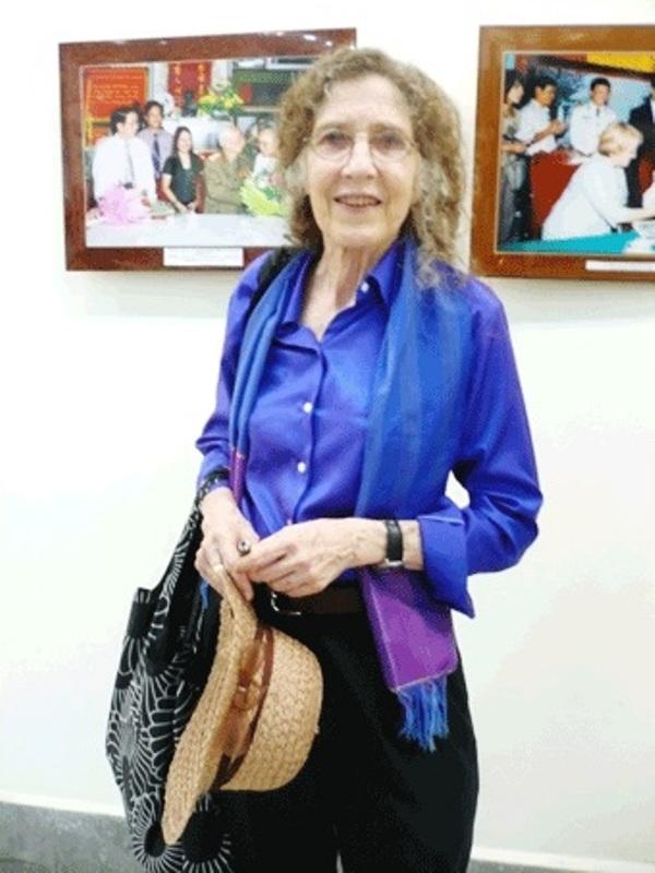 Bà Lady Borton trong triển lãm ảnh về chân dung đại tướng Võ Nguyên Giáp (Ảnh: LQ)