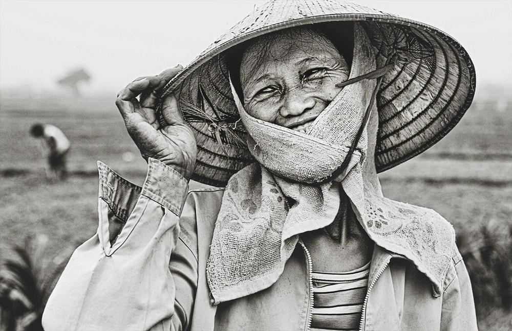 Nụ cười trên cánh đồng gặt lúa.