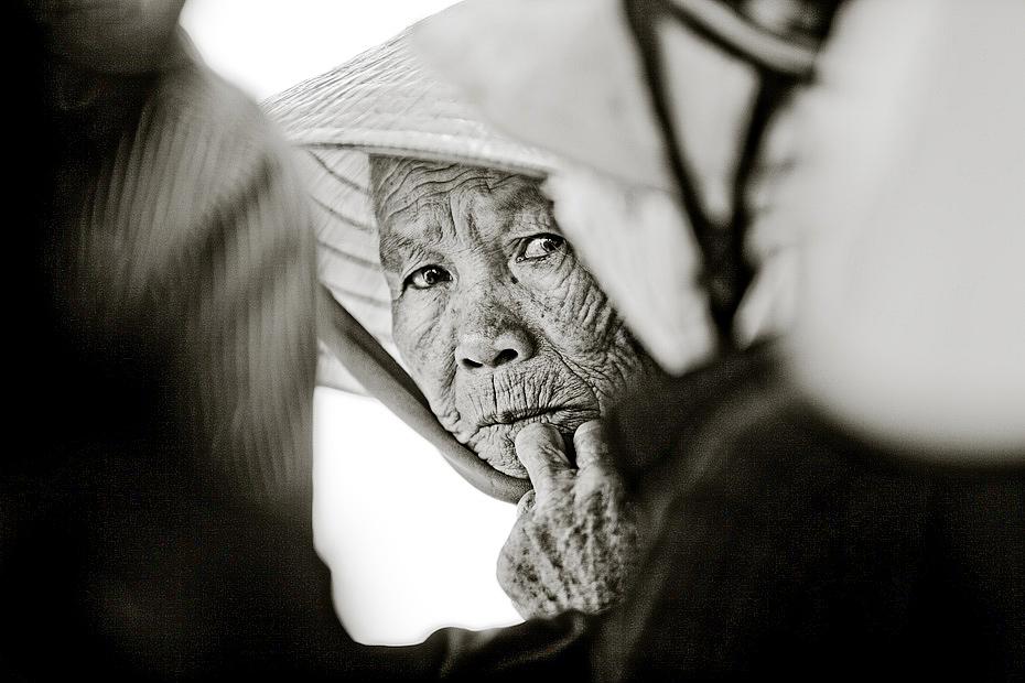 Khuôn mặt đầy nếp nhăn của thời gian.