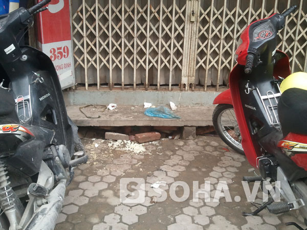 Tại hiện trường vụ việc trước cửa nhà 361 Trương Định vẫn còn vương vãi xôi của bà Liên đang bán sáng 19/10 bị các đối tượng  phá.