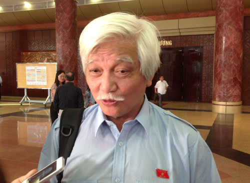 Đại biểu Quốc hội Dương Trung Quốc trả lời phỏng vấn bên lề Quốc hội chiều 21/10. Ảnh: Thế Kha