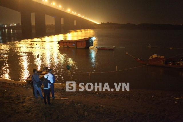 Các thuyền đang nỗ lực giăng lưới, thả móc câu để tìm thi thể nạn nhân.