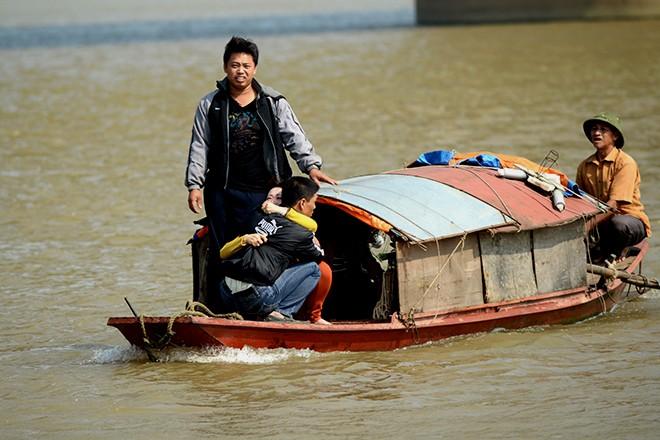 """Đi cùng thuyền còn có anh Huy, chồng của nạn nhân. Nhà ngoại cảm ôm anh Huy hét: """"Em không muốn chết, không muốn đi đâu cả, em chỉ ở nhà với chồng và con thôi""""."""