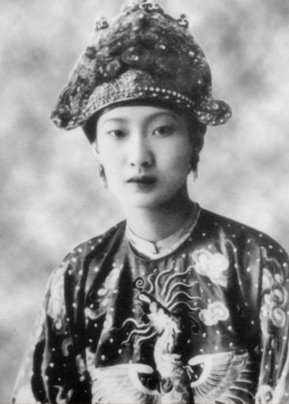 Khuôn mặt thanh thoát, nước da trắng ngần của hoàng hậu Nam Phương khiến nhiều người ngẩn ngơ.