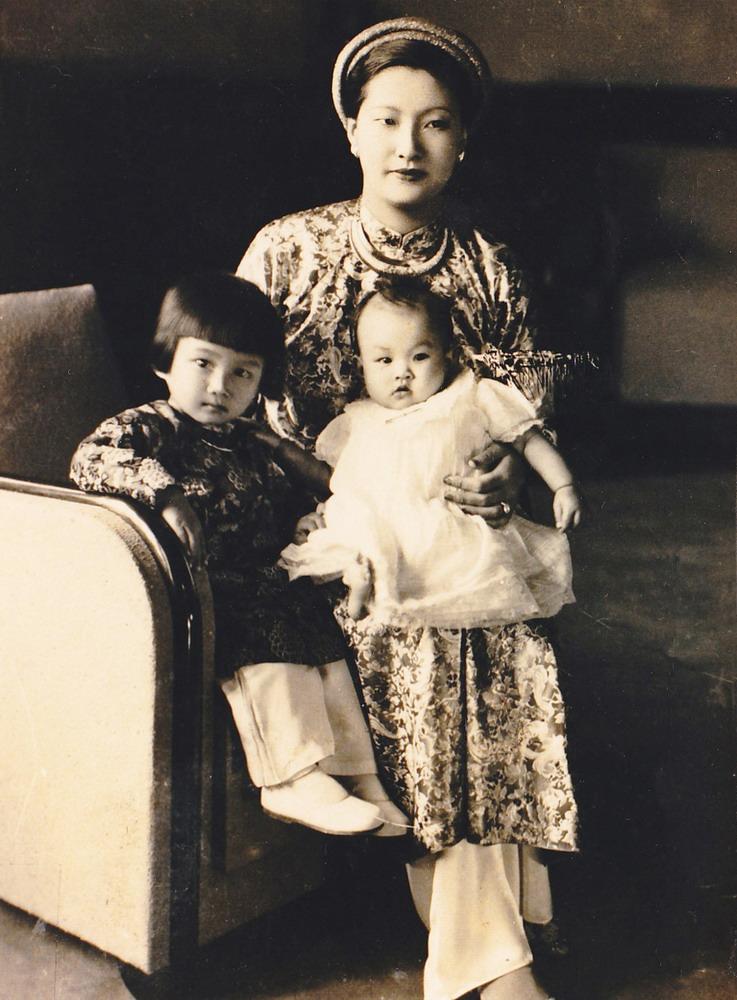 Ngay cả sau khi có công chúa và hoàng tử, hoàng hậu Nam Phương vẫn giữ được nét đẹp vốn có của mình.