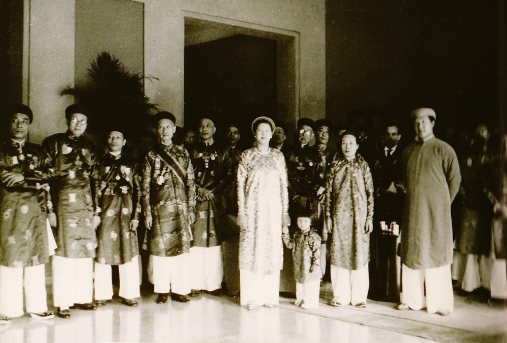 Sở hữu vóc dáng cao ráo, Nam Phương hoàng hậu không hề kém cạnh khi đứng cùng nam nhân thời đó.