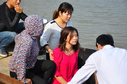 """Trong ngày 25/10, người dân đưa một cô gái trẻ ra sông chỉ đoạn được nạn nhân """"báo mộng""""."""