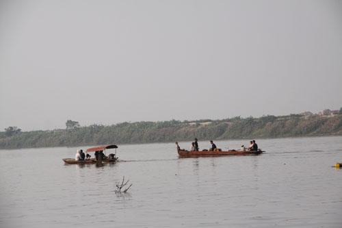 Hôm nay 31-10, gia đình chị Huyền thuê 2 chiếc thuyền đi dọc sông Hồng để tiếp tục tìm kiếm thi thể chị