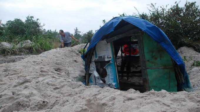 Nhiều hộ dân xã Triệu An, huyện Triệu Phong, Quảng Trị đào sẵn hố cát rồi mang cả căn lều đã làm sẵn đặt xuống làm nơi tránh bão -Ảnh: Quốc Nam