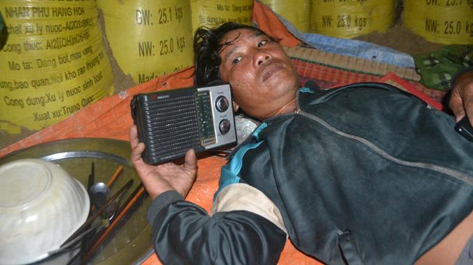 Anh Nguyễn Văn Cu, thôn Trung Phường, xã Duy Hải ở dưới hầm trú bão với chiếc radio để nghe tin bão - Ảnh: Lê Trung