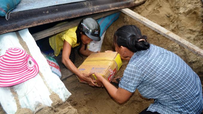Chuẩn bị thức ăn chống bão Ảnh: Lê Trung